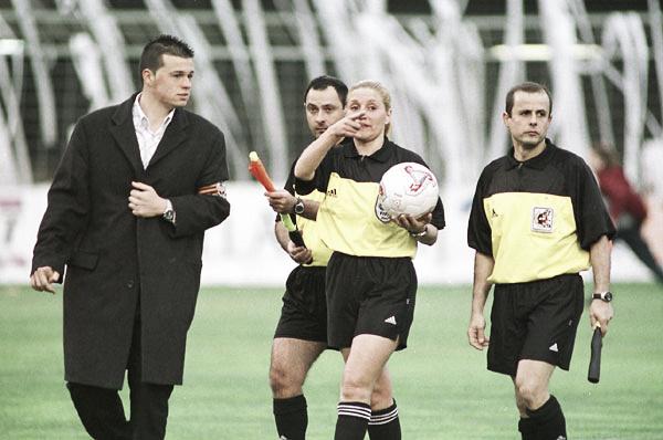 El mundo femenino en el fútbol en tela de juicio
