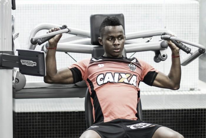 Meia Cazares sofre lesão na coxa esquerda e desfalca Atlético-MG por pelo menos três meses