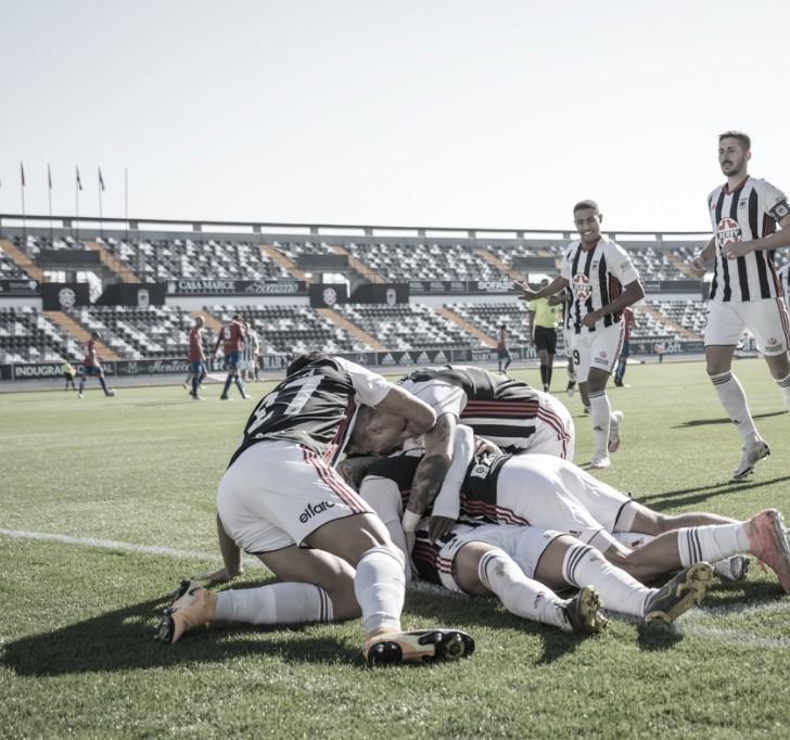Jugadores del CD Badajoz hacen una piña para celebrar el gol// Foto: CD Badajoz
