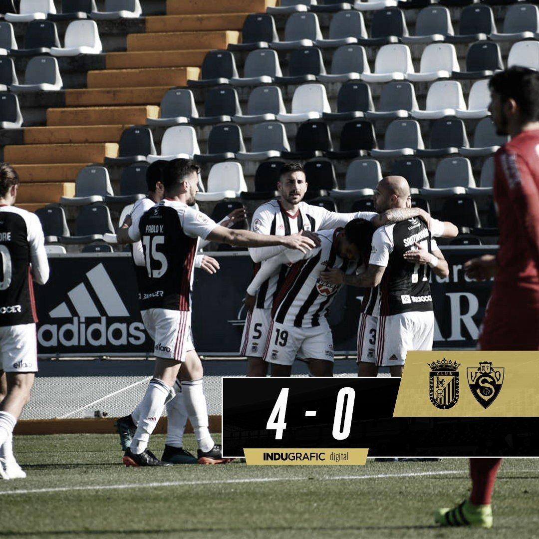 Los jugadores del CD Badajoz celebrando uno de los cuatro tantos del encuentro// Foto: CD Badajoz