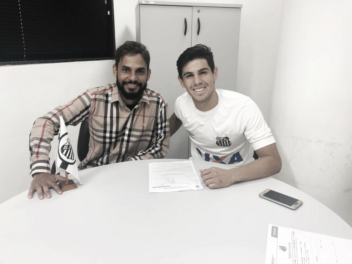 Anderson Santos fecha primeiro contrato profissional com o Santos
