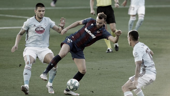 Borja Mayoral y Okay disputando un balón en el RC Celta-Levante UD de la temporada pasada // Foto: EFE