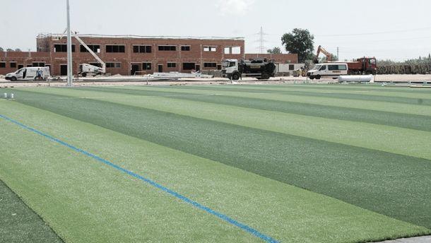 La nueva Ciudad Deportiva ya brilla con el césped instalado