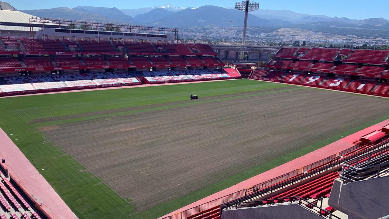 El Granada CF mima el césped de Los Cármenes