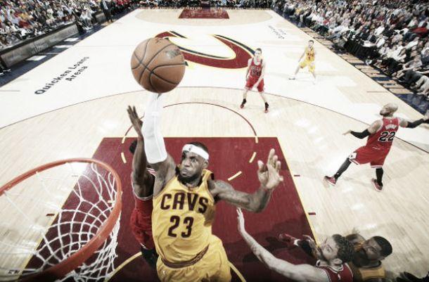 Em noite de LeBron James, Cavaliers vence Bulls e empata série