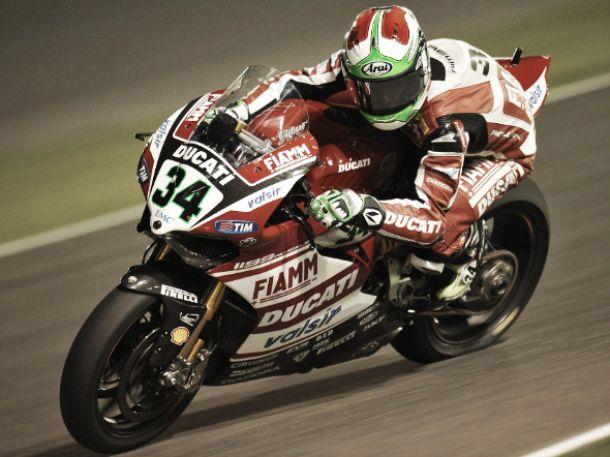 Davide Giugliano al frente bajo la luna de Qatar