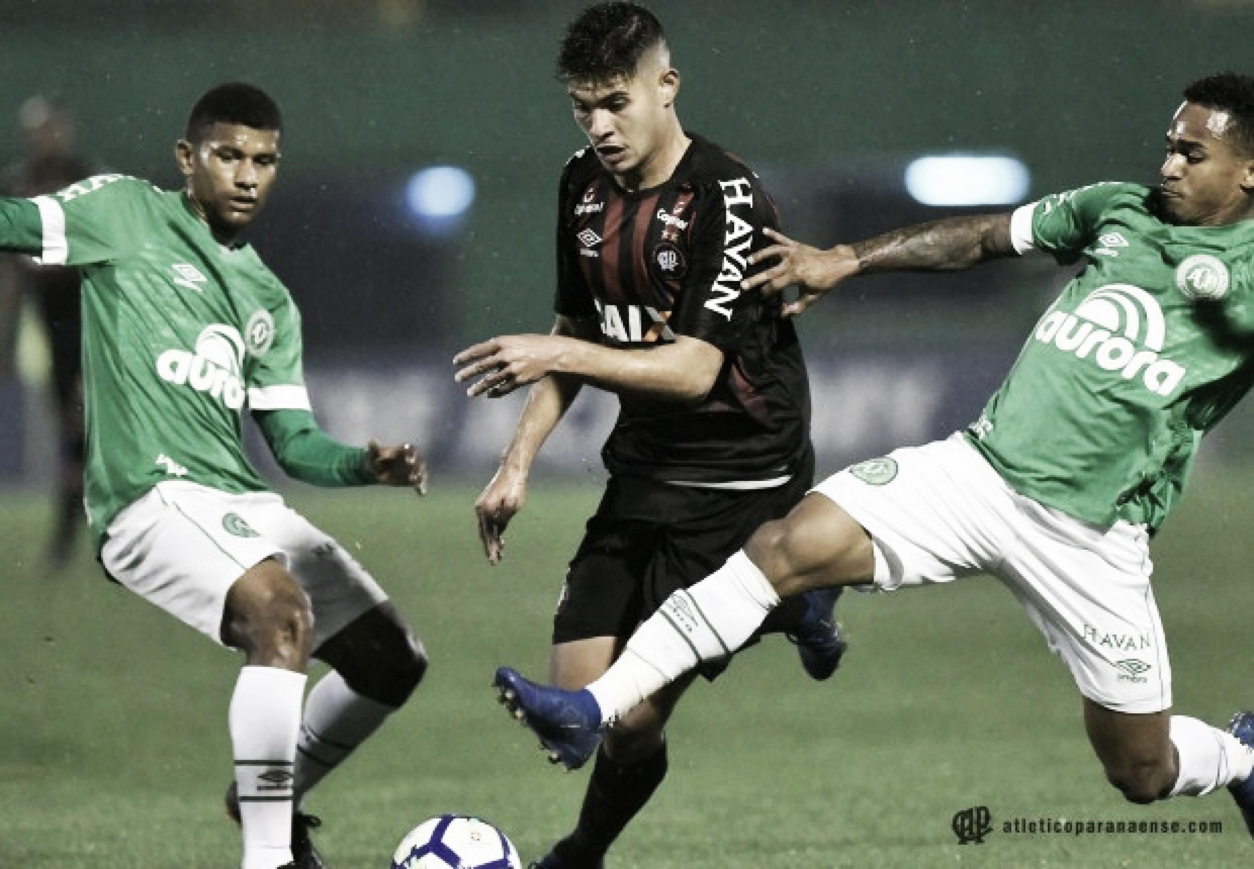 Chapecoense vence Atlético-PR de virada e deixa o Z-4 do Brasileirão