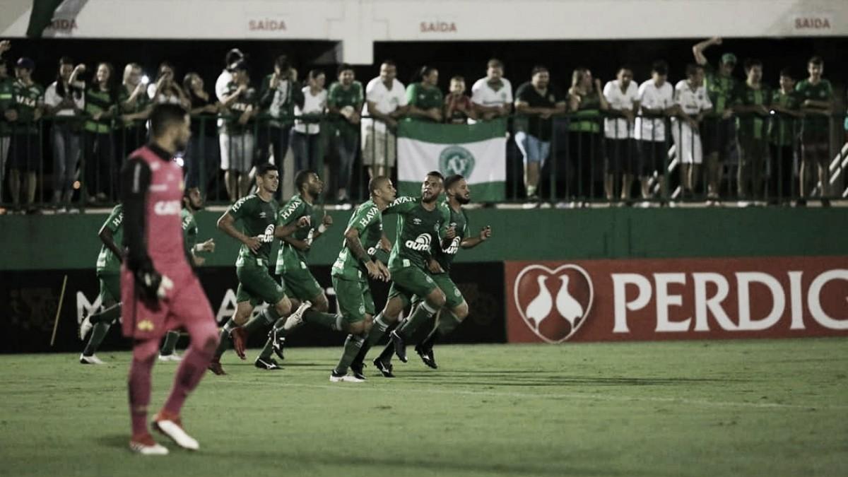 Chapecoense vence Criciúma pelo placar mínimo e assume liderança do Catarinense