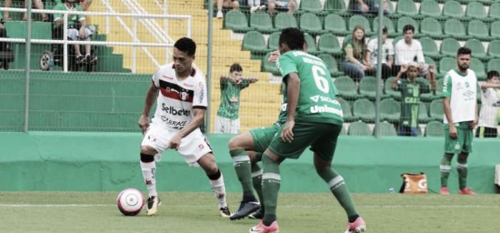 Chapecoense vence Joinville e volta à liderança do Campeonato Catarinense