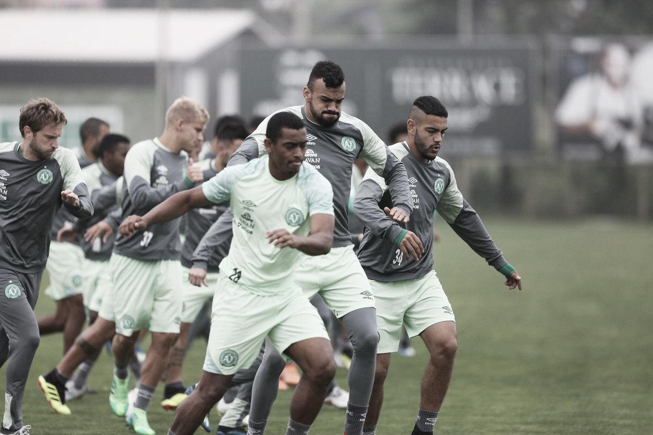 Guto Ferreira faz mudanças na Chapecoense visando duelo contra o Atlético-MG
