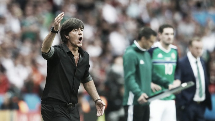 Joachim Löw demonstra insatisfação com chances perdidas diante da Irlanda do Norte