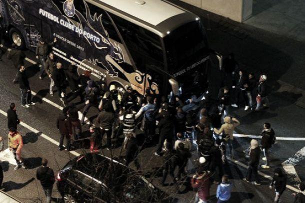 Adeptos furiosos pontapeiam autocarro portista