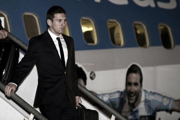 Recebida por dezenas de torcedores, seleção da Argentina desembarca em Belo Horizonte