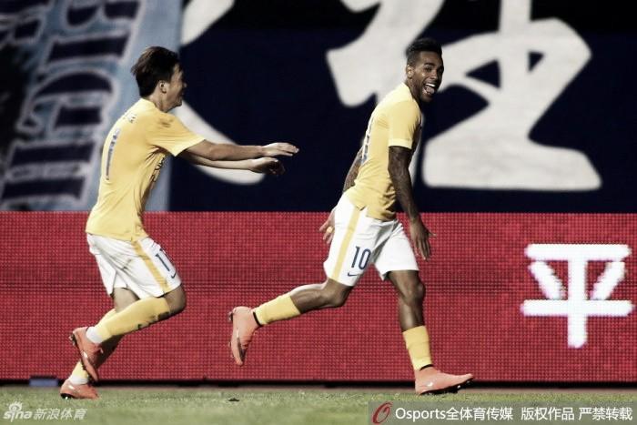 Alex Teixeira marca três vezes e Jiangsu segue firme na caça ao líder Evergrande
