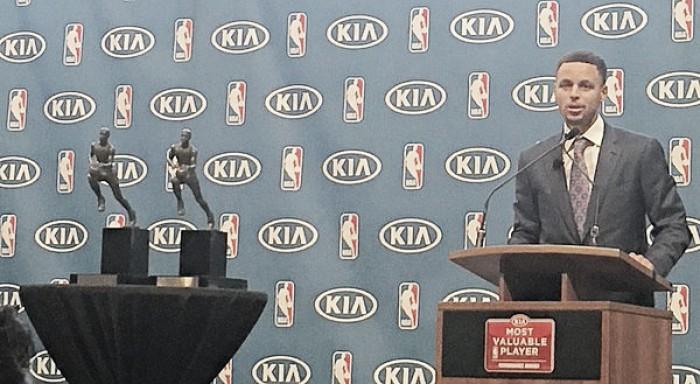 Curry conquista o MVP pela segunda vez e se torna o primeiro a ganhar por unanimidade