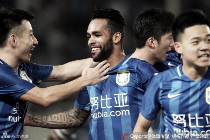 Alex Teixeira marca, Jiangsu Suning goleia e diminui vantagem do líder Guangzhou na China