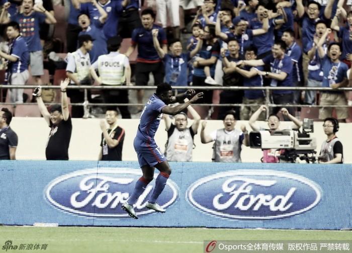 Obafemi Martins marca duas vezes e Shenhua vence líder Guangzhou Evergrande na China