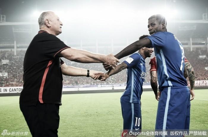 Goulart e Alex Teixeira marcam, mas jogo de ida da final da Copa da China termina empatado