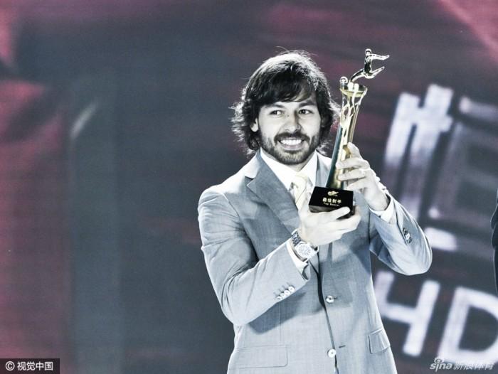 Artilheiro, Ricardo Goulart recebe prêmio de melhor jogador da Super Liga Chinesa
