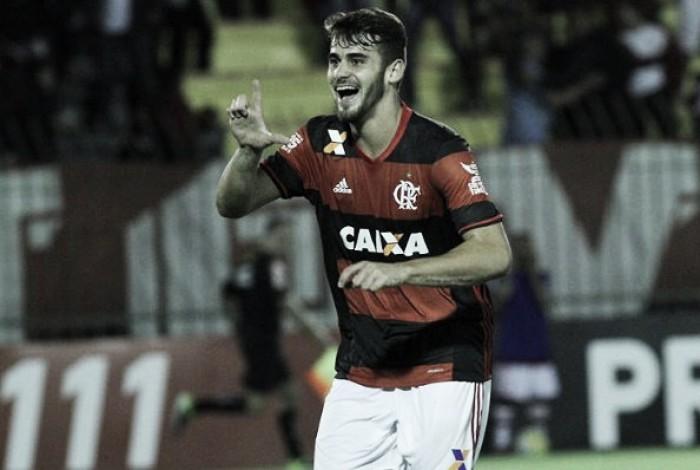 Flamengo bate Vitória com gol solitário de Felipe Vizeu e alcança G-4