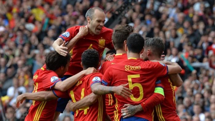 Titularidad y buen partido de Juanfran en la sufrida victoria de España