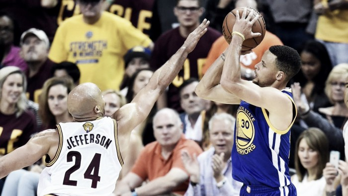 Curry brilha, Warriors vencem Cavaliers fora de casa e se aproximam do título da NBA