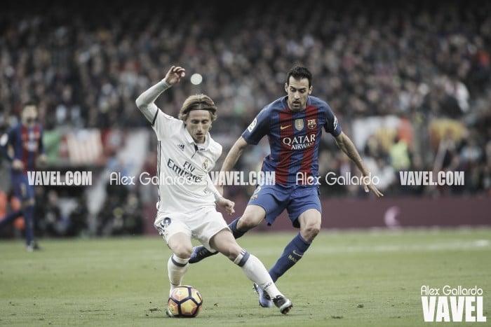 Luka Modric, ante Sergio Busquets | Fuente: Alex Gallardo, VAVEL España