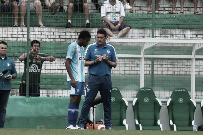 """Claudinei culpa """"conjunto de falhas"""" por derrota do Avaí em Chapecó"""