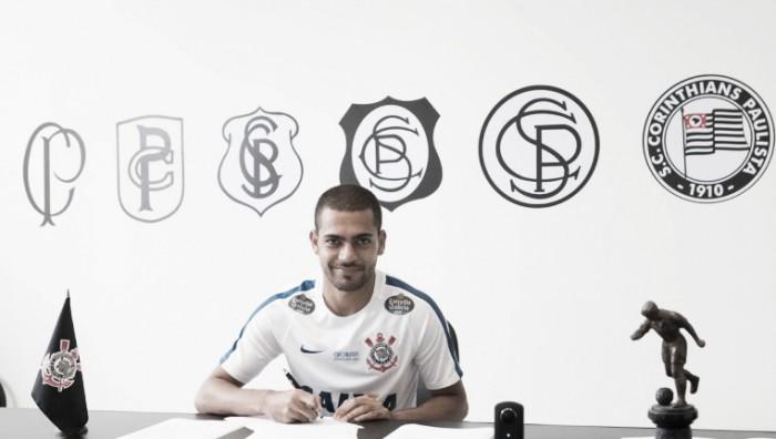 Corinthians oficializa contratação do atacante Clayton, ex-Atlético-MG