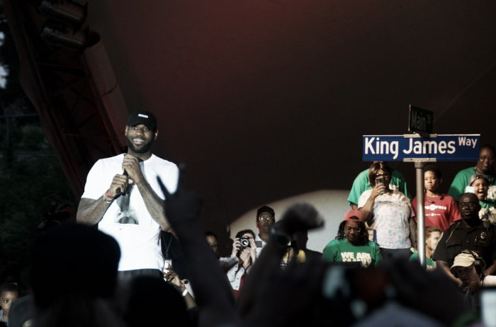 LeBron James leva troféu de campeão da NBA à cidade natal e ganha rua em homenagem