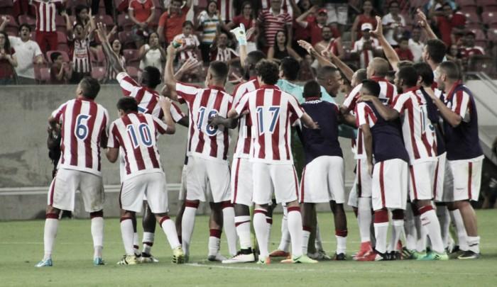 """Após vitória, Roberto Fernandes desabafa contra críticos: """"É um grupo que precisa de tempo"""""""