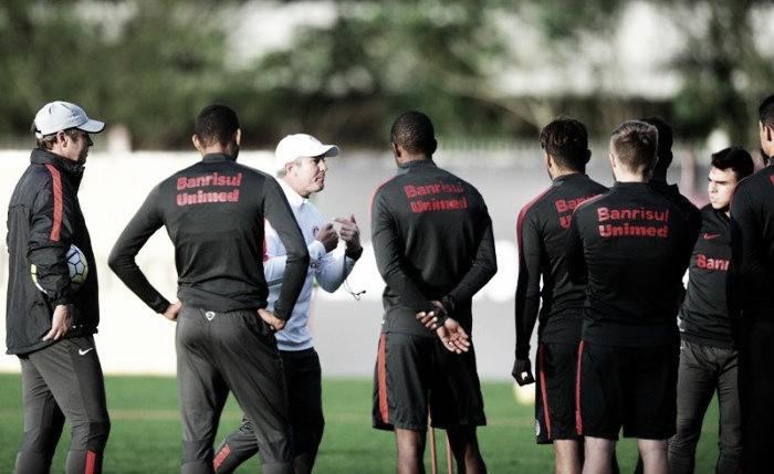 Interino Odair Hellmann comanda treino no Inter com mudanças no time e protesto da torcida