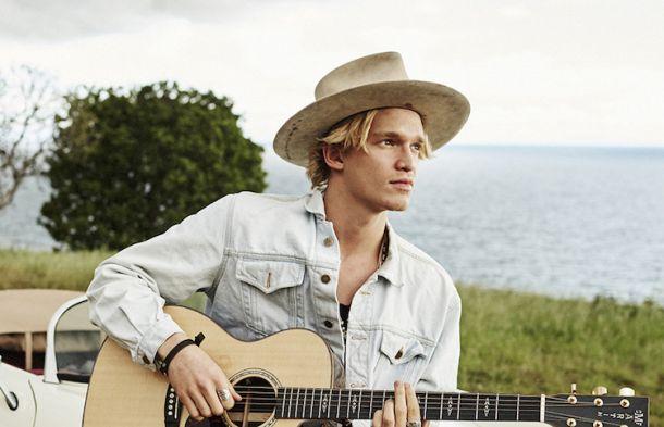 Cody Simpson, esta vez libre, emociona a su público en Barcelona