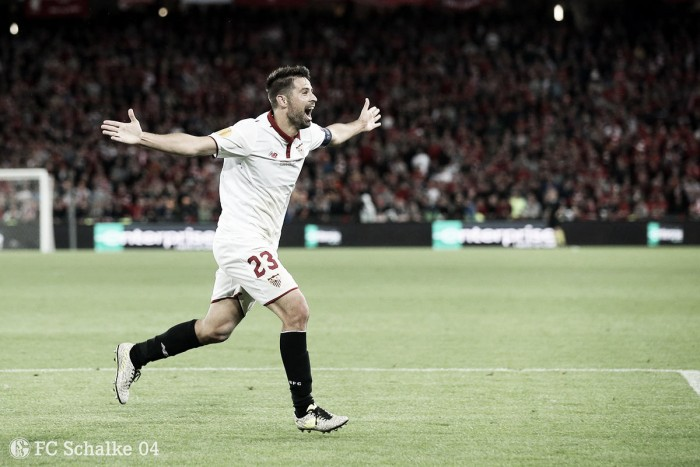 Tricampeão da Europa League com o Sevilla, lateral Coke é contratado pelo Schalke 04