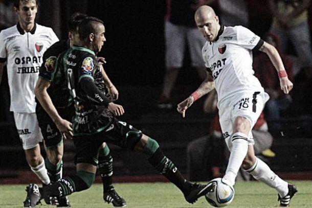 Raúl Iberbia disputa el balón junto con Romero, éste último, autor de dos goles.