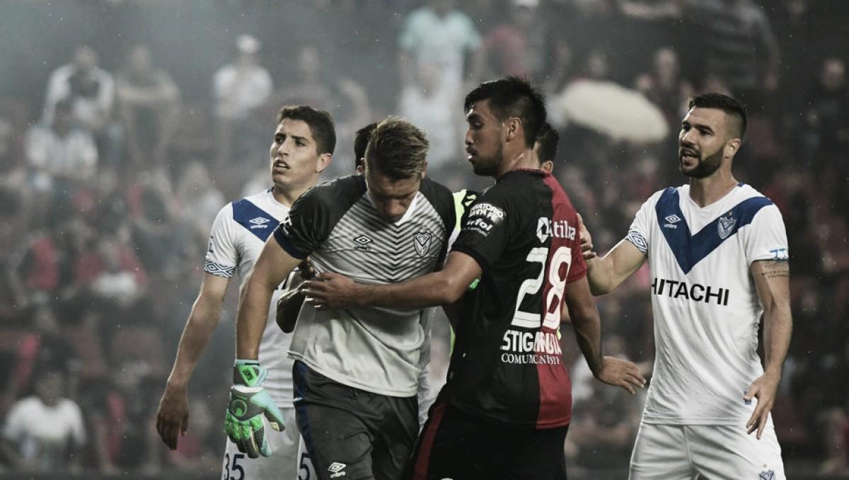 Com bombas atiradas no gramado, partida entre Colón e Vélez é suspensa