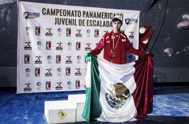Héctor López se hace con el triunfo durante la primera etapa de la Copa México de escalada
