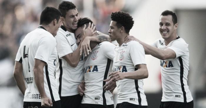 Corinthians vence Botafogo e entra no G-4 em dia de homenagens a Tite