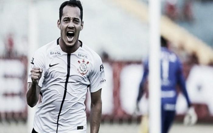 Corinthians joga para o gasto, bate Atlético-GO e assume liderança provisória