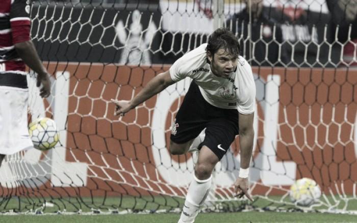 Corinthians bate Santa Cruz na Arena e entra provisoriamente no G-4