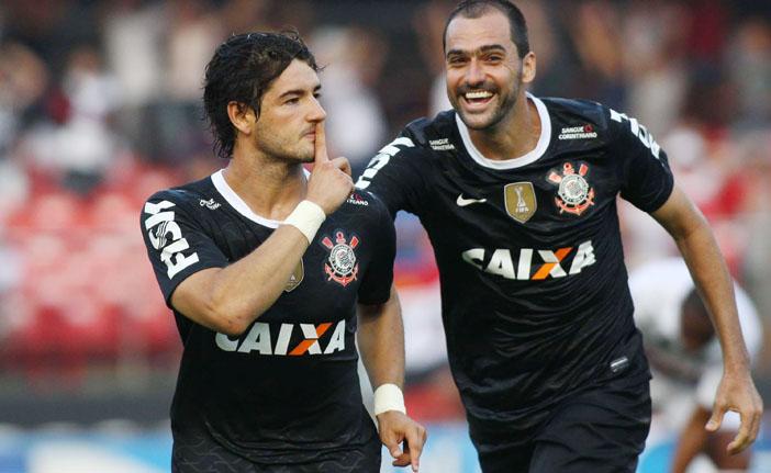 Pato decide e, de virada, Corinthians vence clássico