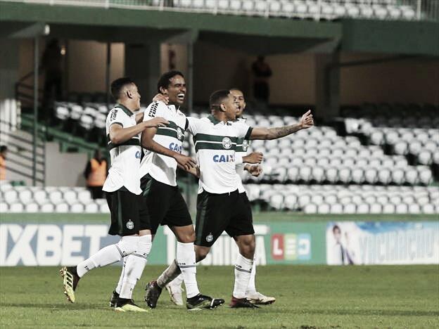 """Após vitória, Leandro Silva avalia protestos da torcida do Coritiba: """"Transformamos em superação"""""""
