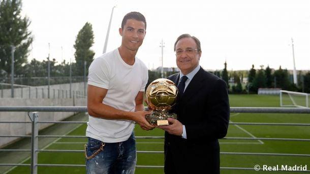 Cristiano Ronaldo entrega a Florentino Pérez una réplica del Balón de Oro