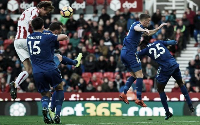 Com Peter Crouch decisivo, Stoke e Leicester empatam em grande jogo