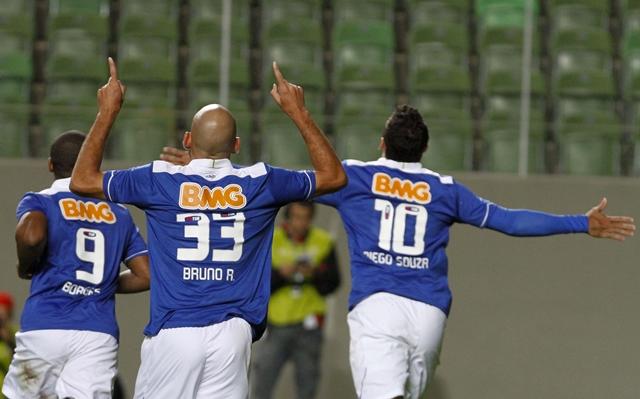 Com quatro gols no primeiro tempo, Cruzeiro atropela Goiás no Independência