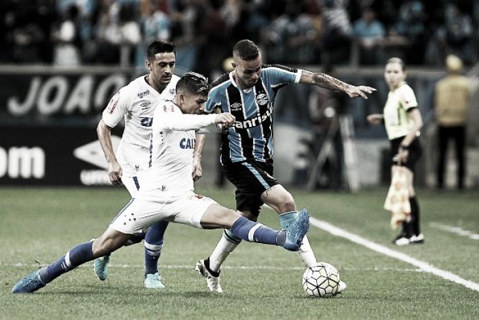 Para subir dez posições na tabela, Cruzeiro recebe Grêmio, que busca liderança do Brasileiro