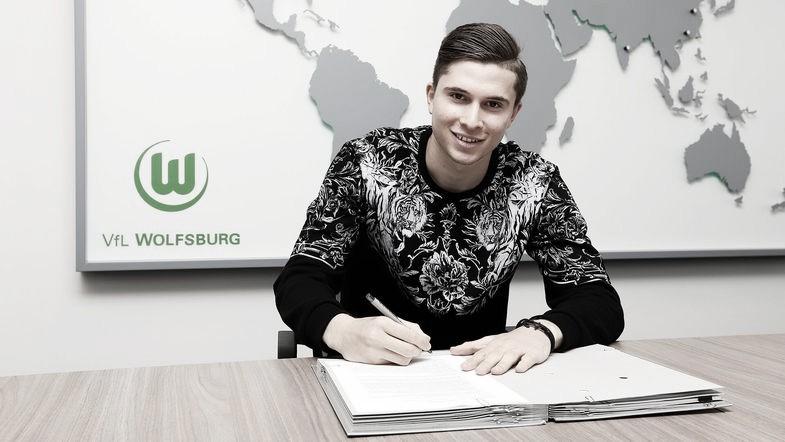 Pretendido por Sevilla e Chelsea, ElvisRexhbecaj tem contrato renovado com Wolfsburg