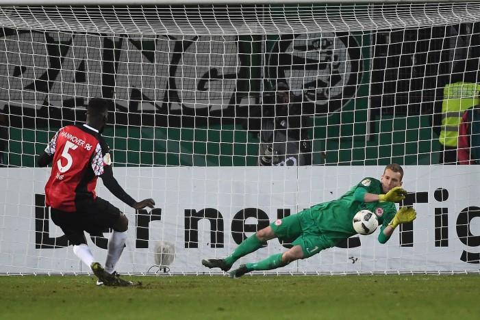 Hannover 96 1-2 Eintracht Frankfurt: Hradecky heroics send Eagles through