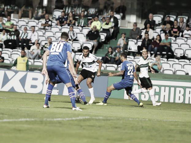 Coritiba vence Avaí com gol controverso e continua sonhando com acesso