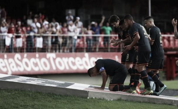 São Paulo bate Figueirense de virada com gols no fim e se consolida no G-4